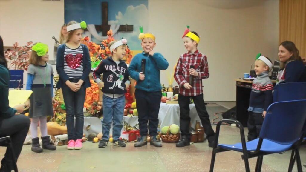 Выступление детей. Спор овощей. Жатва 2016